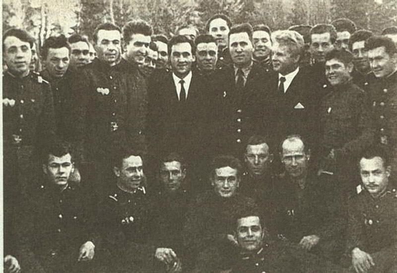 В. Высоцкий и И. Пушкарёв в одной из воинских частей во время съёмок фильма «Живые и мёртвые».jpg