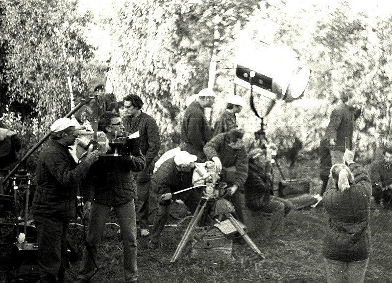 Оператор фильма «Блокада» приспосабливает камеру на самодельный кран.1973 год.jpg