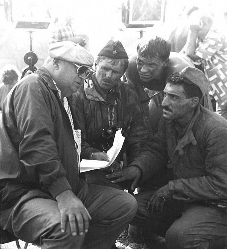 Тигран Кеосаян (справа), Фёдор Бондарчук (второй справа), Юрий Озеров (слева) во время съёмок фильма «Сталинград», 1987.jpg