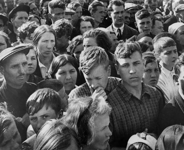 Иван Шагин. 22 июня 1941 г. Москвичи слушают выступление В.Молотова по радио о нападении Германии на Советский Союз.jpg