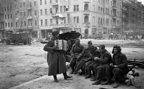 Аркадий Шайхет. Берлин, 1945.jpg