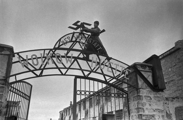 Евгений Халдей. Керчь, 1943.jpg