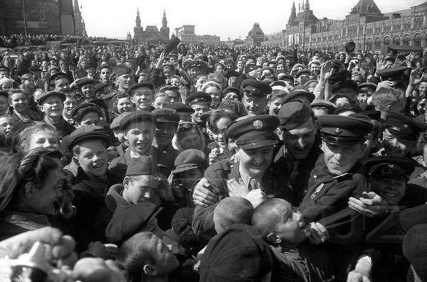 Александр Устинов. Москва, 9 мая 1945  года.jpg