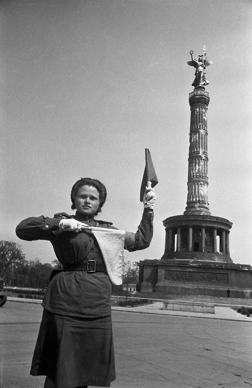 Евгений Халдей. Берлин, май, 1945.jpg