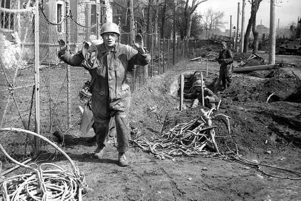 Александр Устинов. На подступах к Берлину. 1945.jpg