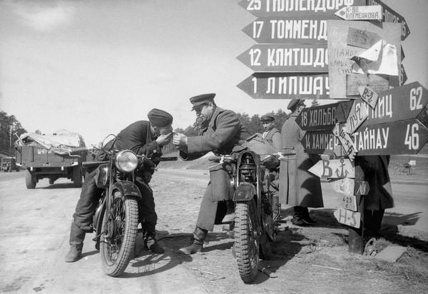 Александр Устинов. Под Берлином, май, 1945.jpg