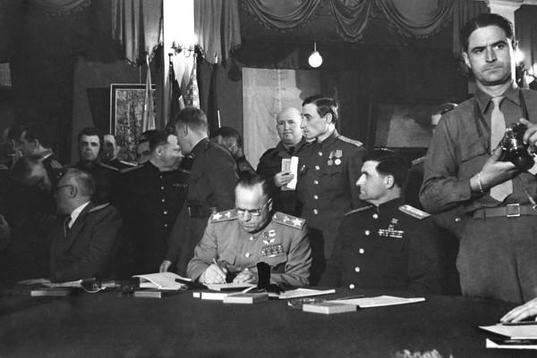 Евгений Халдей. Подписание Акта капитуляции Германии. Берлин, Карлсхорст, 8 мая 1945 года.jpg
