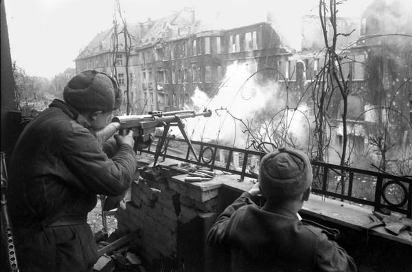 Александр Устинов. Уличный бой. Германия, 1945.jpg
