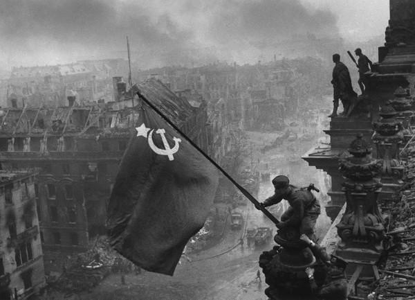 Евгений Халдей. Знамя Победы над рейхстагом. Берлин, май, 1945.jpg