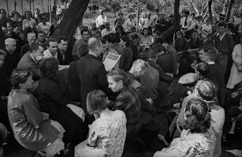 04 На одном из московских заводов читают выступление Сталина по радио 3 июля 1941 г.jpg