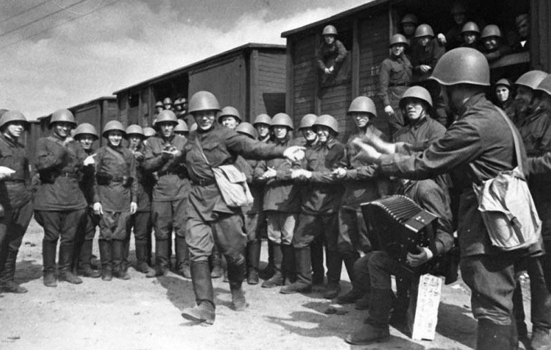 11 Поезда идут на фронт. Пляшет красноармеец В. Кочетков. 1941.jpg
