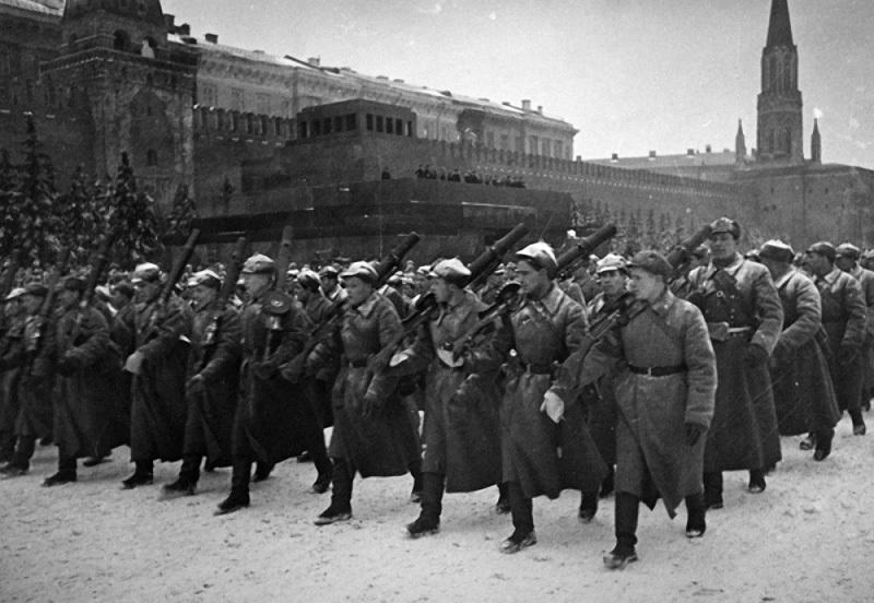 16 Парад на Красной площади 7 ноября. 1941.jpg