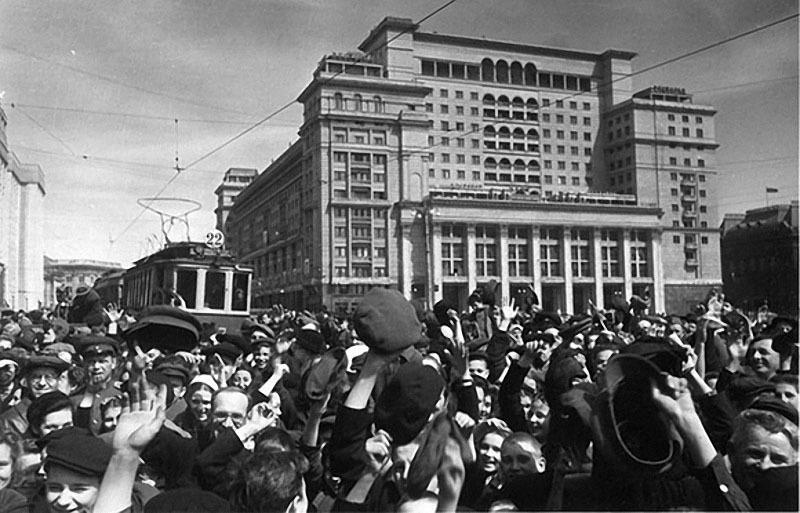 31 День Победы. Манежная площадь, 9 мая 1945 г..jpg
