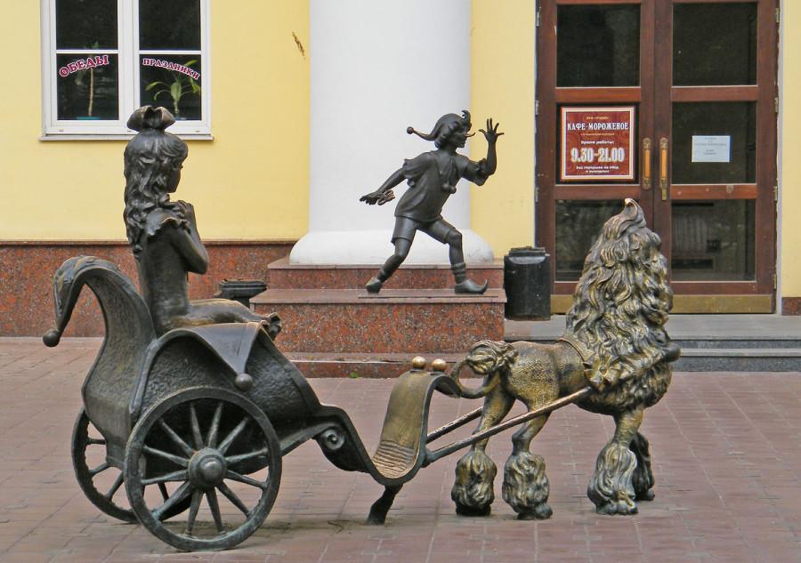 225 Памятник Буратино и его друзьям в Гомеле
