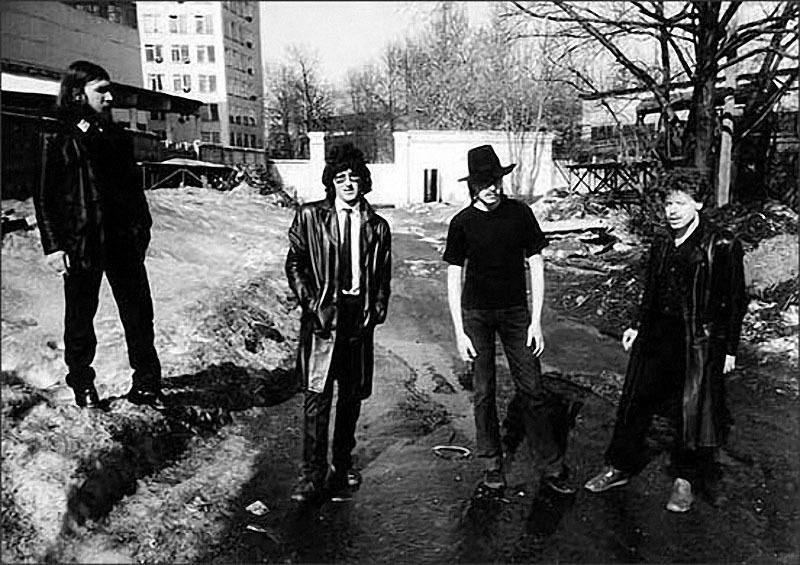 027 Троегубов, Григорян, Пушкарев (в переходящей шляпе) и Россовский за полчаса до прослушивания в рок-лаборатории. 22 марта 1986 г.jpg