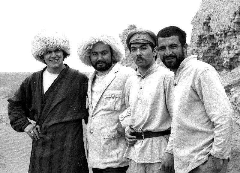 Николай Ващилин, Бибо Ватаев, Владимир Кодинцев и Дагун Омаев на съёмках 'В чёрных песках' близ Бухары.1968.jpg