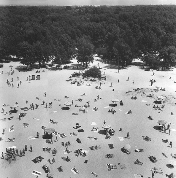 Киевский пляж. Автор Дубинский Григорий, 1968.jpg