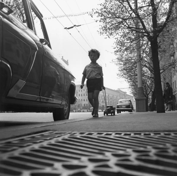 Мальчик и машинка. Автор Рахманов Николай, 1960-е.jpg