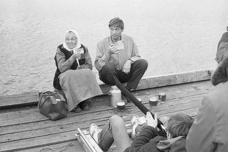 Наталья Тенякова и Александр Михайлов на съёмках фильма «Любовь   и   голуби».jpg