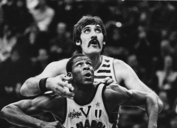 В.Ткаченко и Э. Ролли. Баскетбол. ЦСКА (СССР) - Гранароло (Италия), 1970-e.jpg