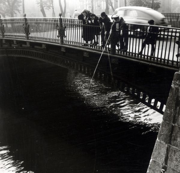 Рыбалка на канале Грибоедова. Автор Лев Шерстенников, 1957.jpg
