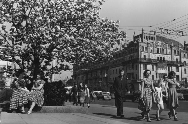 Театральная площадь. Весна. Автор Рахманов Николай, 1955.jpg