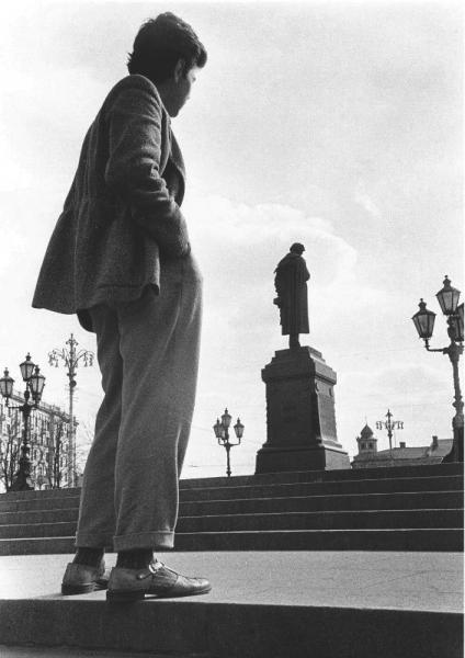У памятника А. С. Пушкину. Автор Лазарев Леонид, 1957.jpg