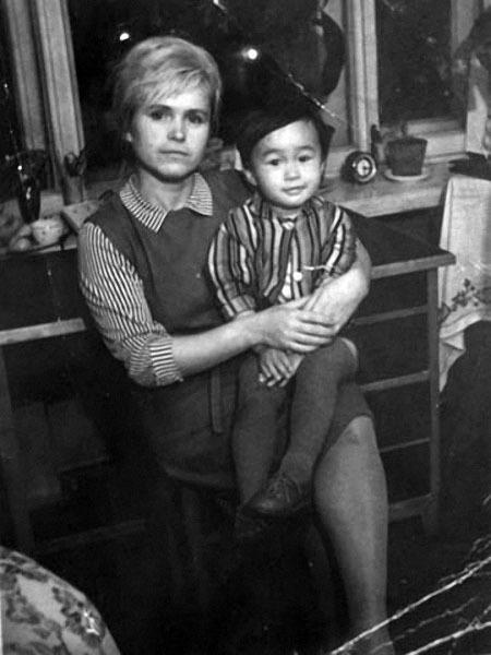 Виктор Цой с мамой Валентиной Васильевной.jpg