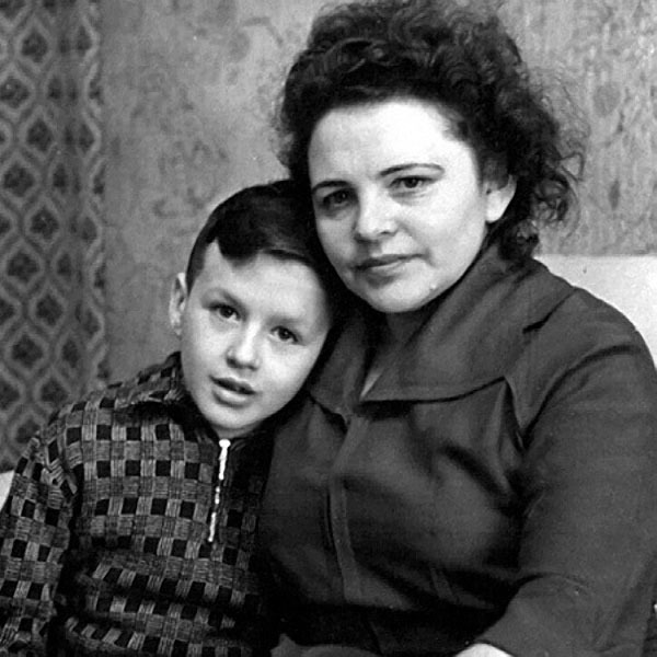 Саша Барыкин с мамой Александрой Георгиевной.jpg
