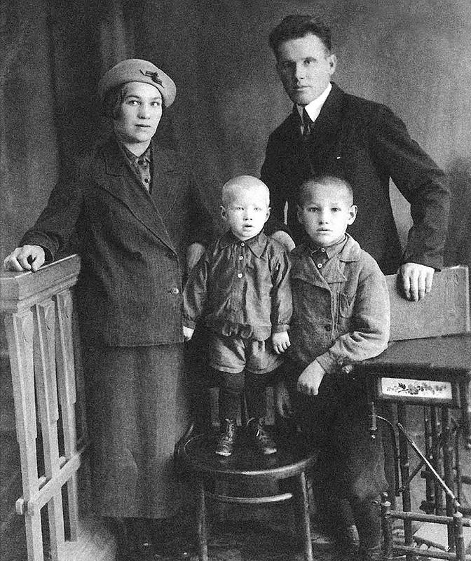 1197 Борис Ельцин с родителями Клавдией и Николаем и братом Михаилом, Березники, 1939.jpg