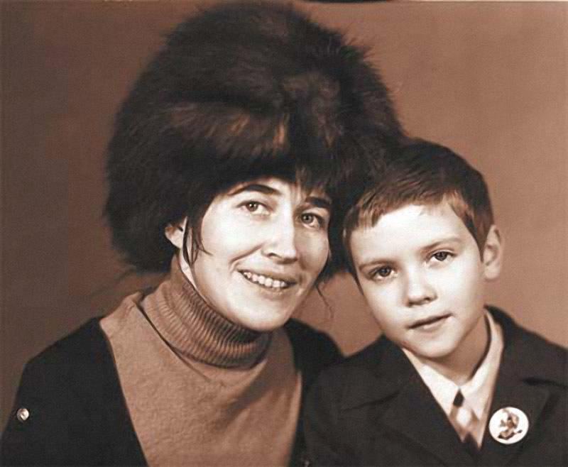 1199 Дмитрий Медведев с мамой.jpg