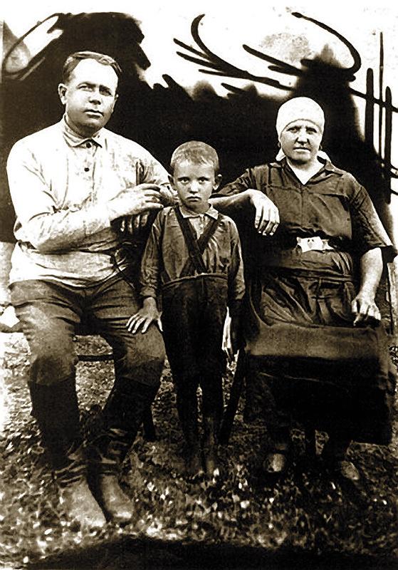 1200 Михаил Горбачев с дедом Пантелеем и бабушкой Василисой. Конец 1930-х.jpg