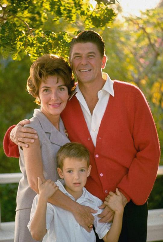 1206 Рональд Рейган, его жена Нэнси и сын Рон-младший. 1967 год.jpg
