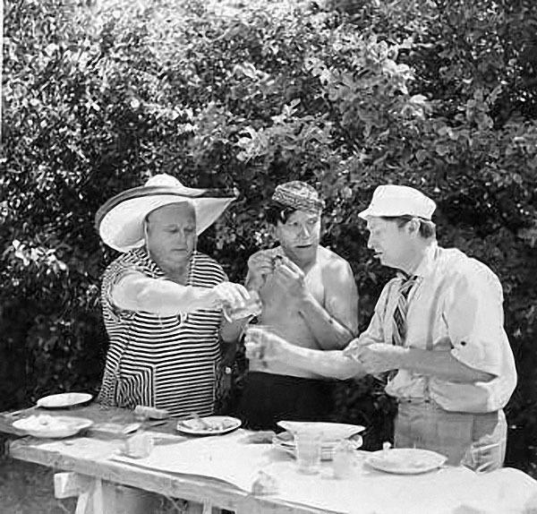 Актёры Е.А. Моргунов, Ю.В. Никулин, Г.М. Вицин обедают в перерыве съёмок.jpg