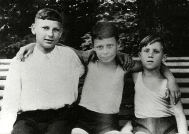 178 1948 год Володя Высоцкий с друзьями в Бад-Эльстер, Германия.jpg