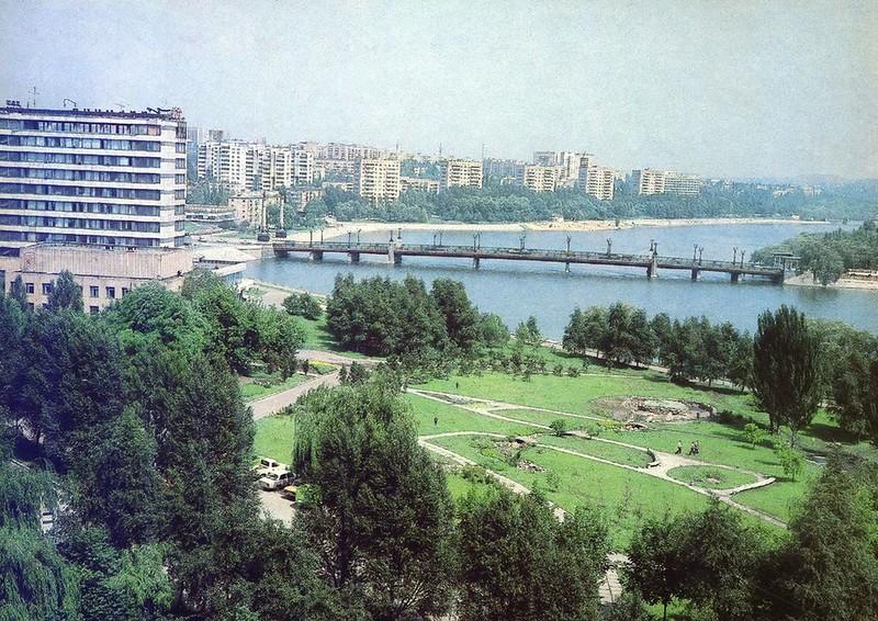 Вид на набережную и реку Кальмиус. Мост по проспекту Ильича, 1989 г. Фото В. Хмары.jpg