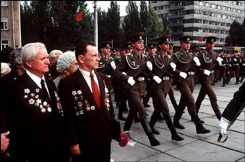 Донецк. Ветераны Второй мировой войны пришли почтить погибших во время нацистской оккупации. 1988 год.jpg