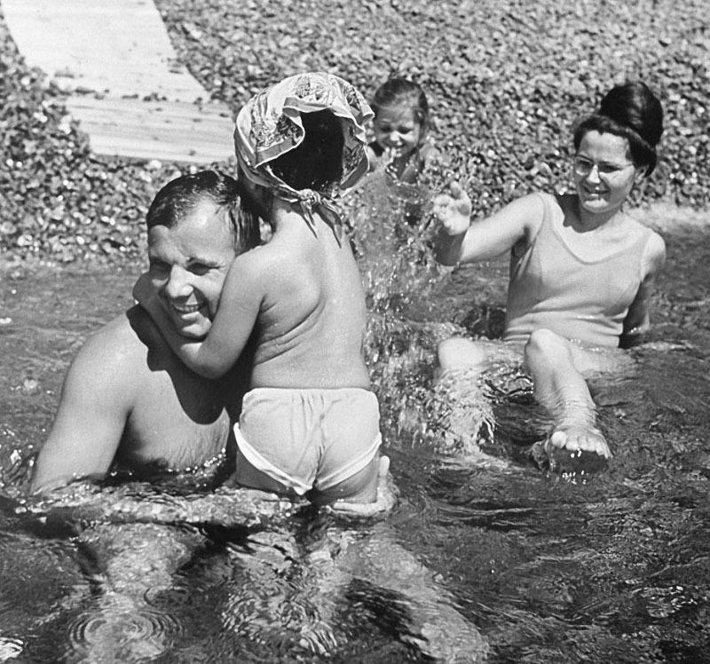 1193 Гагарин с семьёй на отдыхе в Крыму.jpg