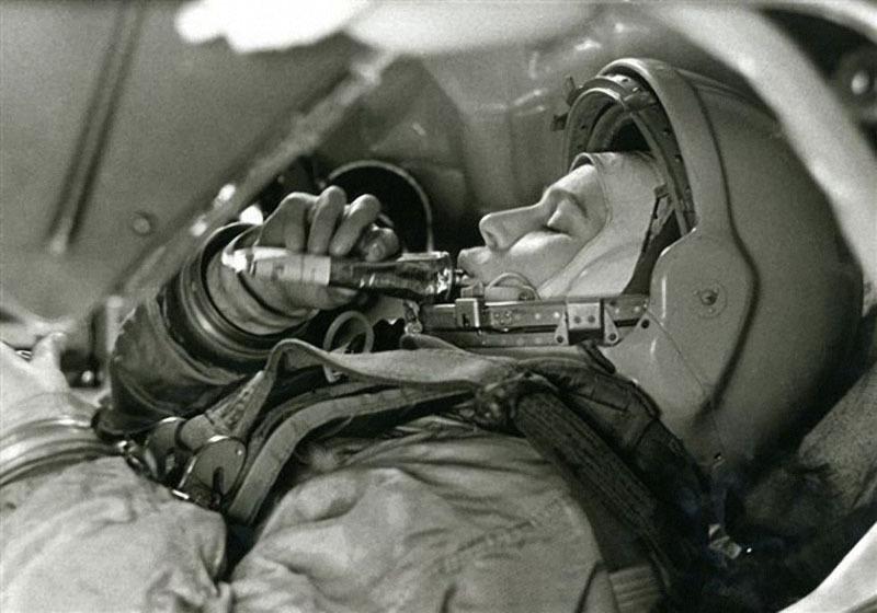 Борис Смирнов «Валентина Терешкова в тренажёре космического корабля «Восток», 1963 год.jpg