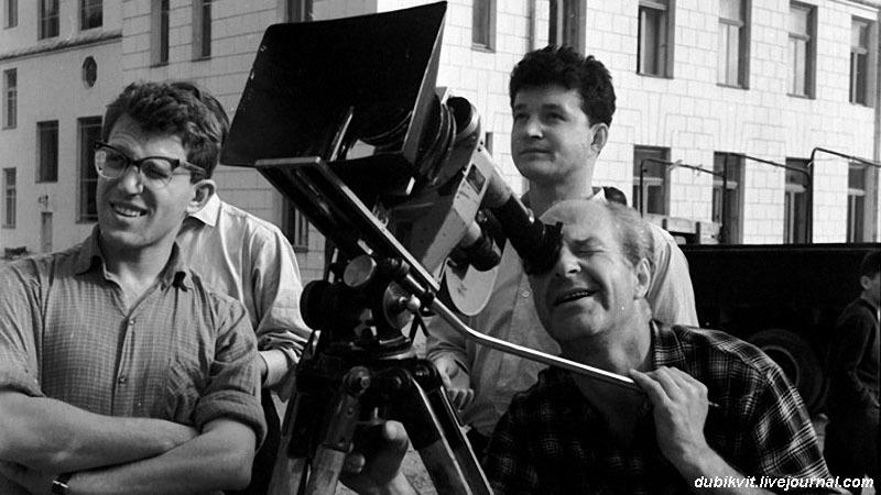 Александр Митта на съемках фильма «Друг мой, Колька!» (1961). У камеры — оператор Виктор Масленников.jpg