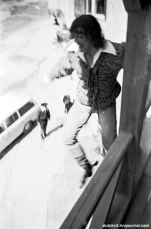 Михаил Боярский прыгает со стены в драке на площади Менга. На съёмках фильма «Д'Артаньян и три мушкетёра». 1978. Львов.jpg