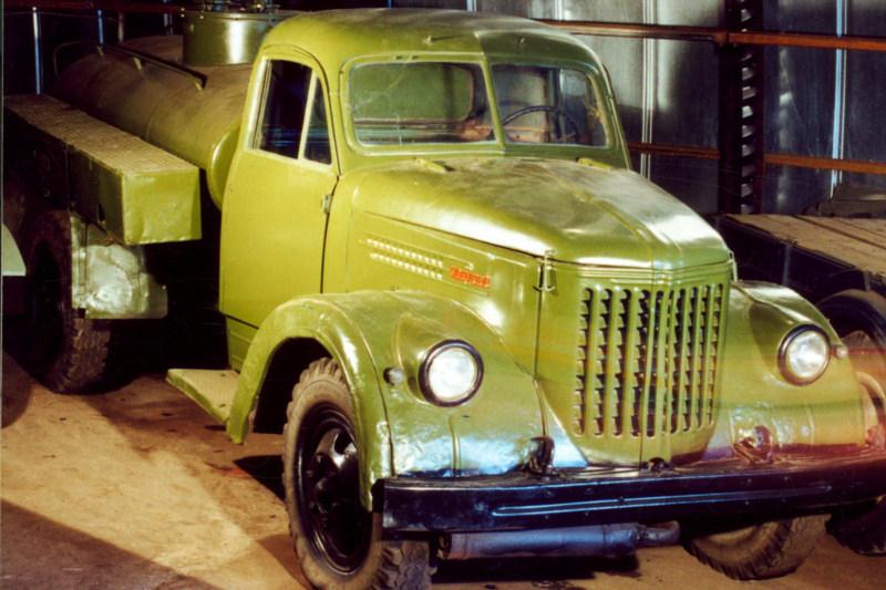 Автомобиль-цистерна на шасси Урал-ЗИС 355М (1958), СССР.jpg