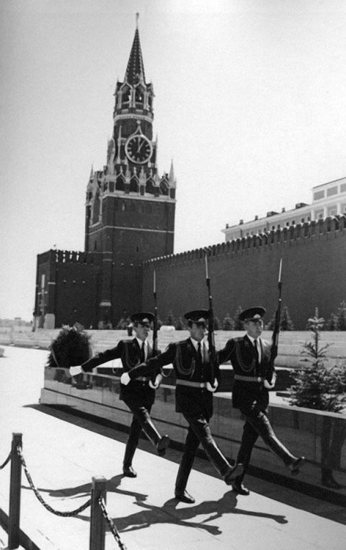 Смена Караула у Мавзолея. Автор Егоров Василий, 1979.jpg