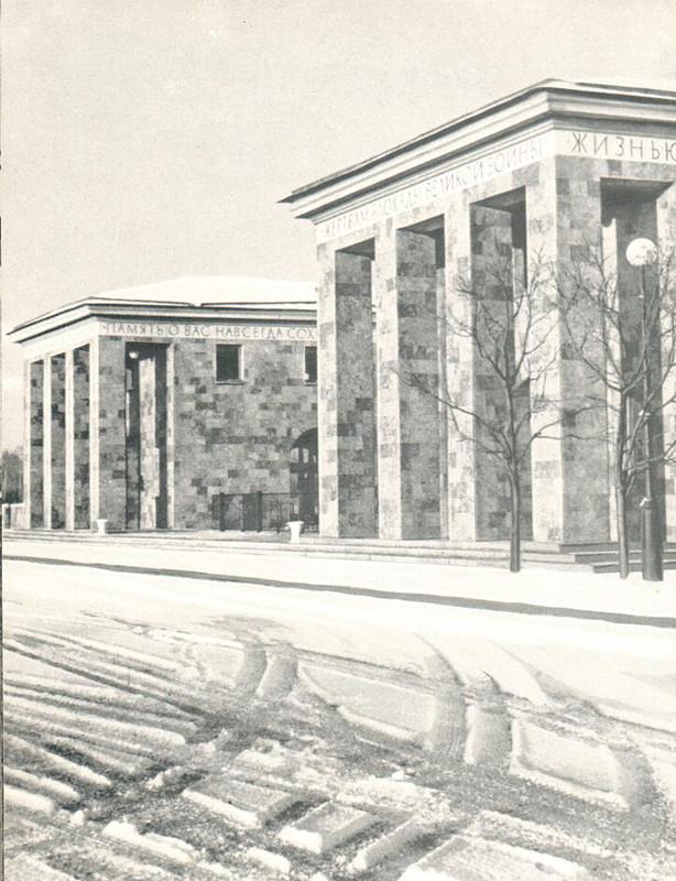 074 Пискарёвское мемориальное кладбище-музей. Вход.jpg