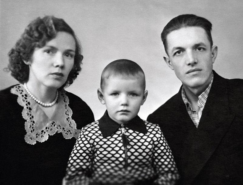 1174 Саша Галибин с мамой Раисой Георгиевной и отцом Владимиром Александровичем, 1959 год.jpg