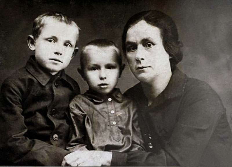 1176 Смоктунович (Смоктуновский) Кеша (слева) с братом Володей и тетей Надеждой Петровной Чернышенко, воспитавшей их.jpg