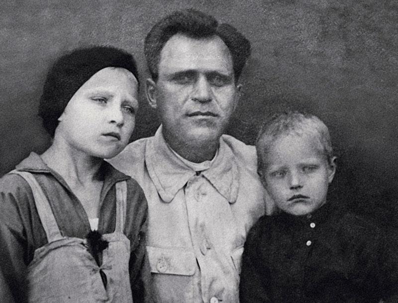 1180 Василий Марков с дочерью Риммой и сыном Леней. Саратов, 1932 год.jpg