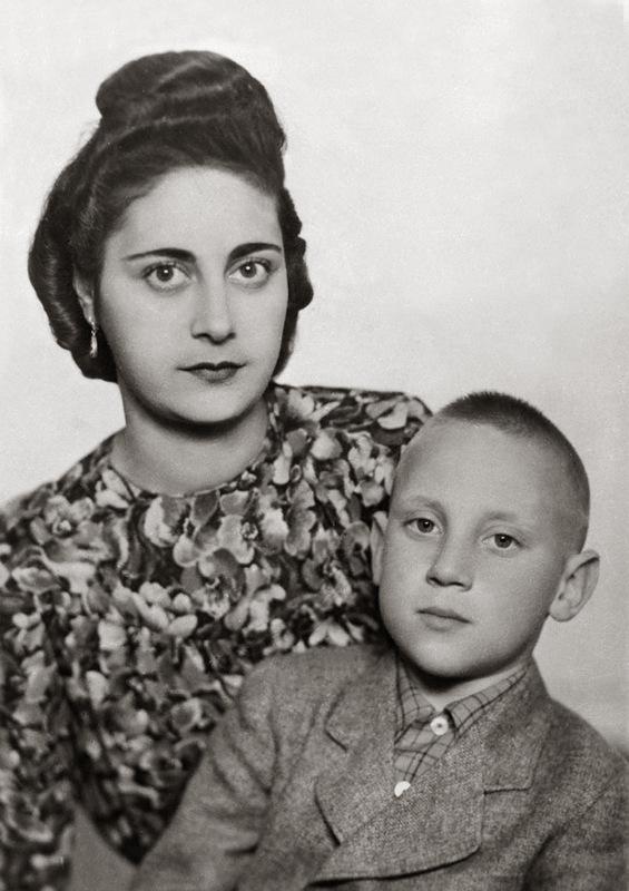 1183 Володя Высоцкий с мамой Женей (мачехой Евгенией Лихолатовой)..jpg