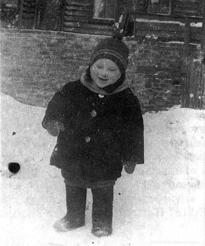 1940 г. Володя Высоцкий во дворе дома № 126 на 1-й Мещанской в Москве.jpg