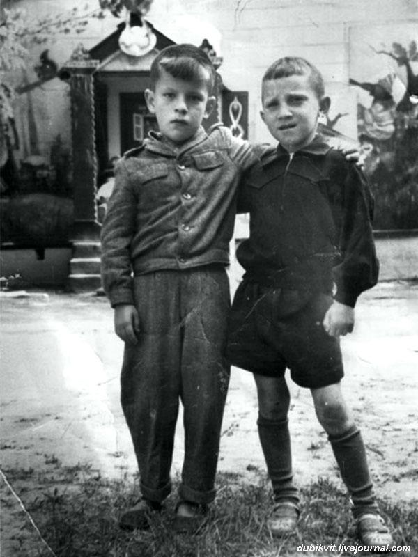 1947 год. Володя Высоцкий с другом.jpg